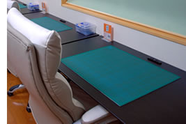 製作スペース。座席数は3席で、幅120cm×奥行60cmの広い作業スペースを用意しました。